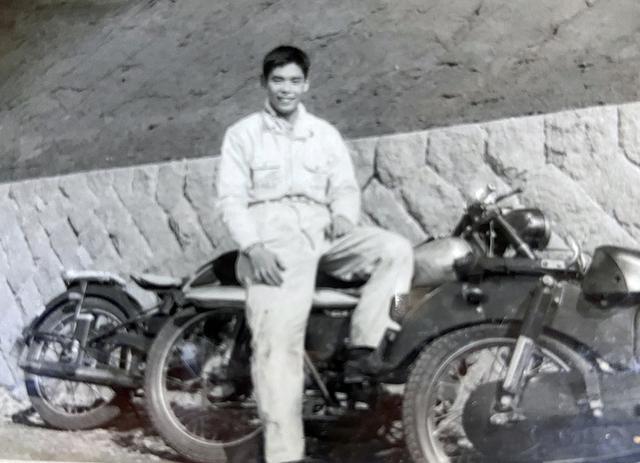 画像: 1960年代、箱根ツーリング時の様子。またがっている車両は「庄司興業㈱庄建号 55A」1955年。後方の車両はヤマハ「YA-1」1955年。後にYA-1を改造してスクランブル大会に参加することになる