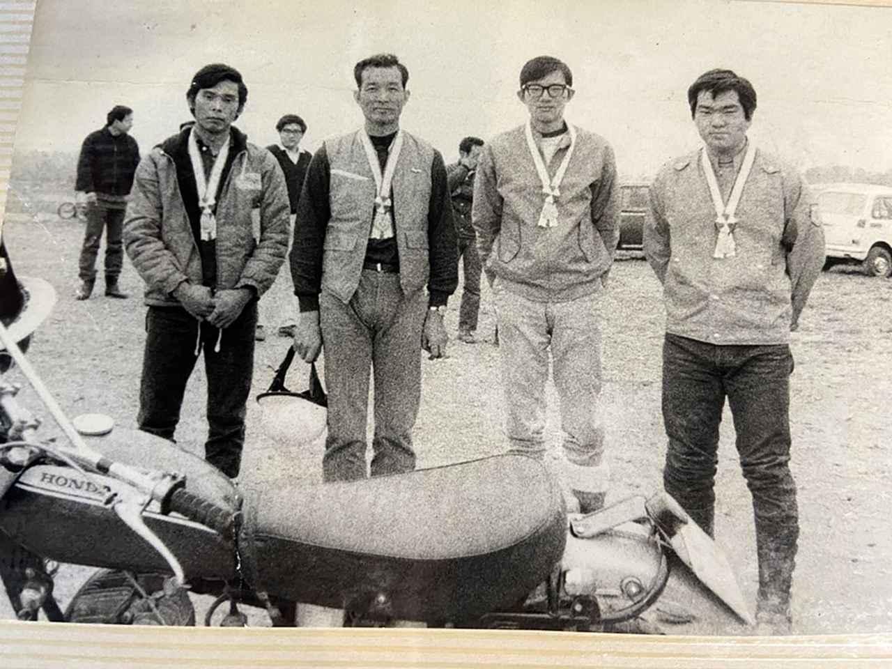 画像: 1972年のMCFAJ全日本トライアル選手権大会において3位で表彰される浅賀さん。表彰者は右からヤマハ発動機(入社前)の木村治夫さん、本田技研工業の田中よしあきさん、同・稲田実さん。いずれのメンバーもその後トライアルの普及に尽力した人たちだ