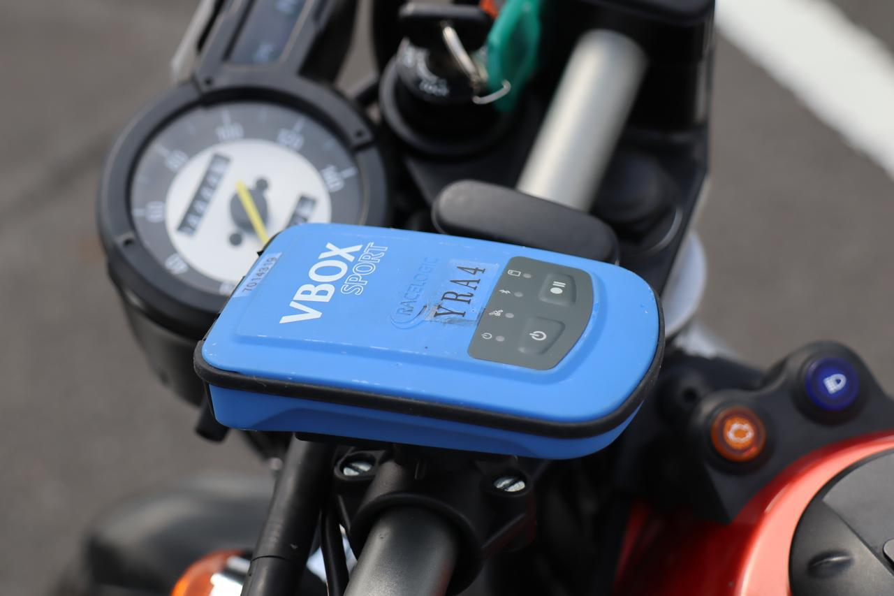 画像: 車両に取り付けられた計測装置(GPSロガー)