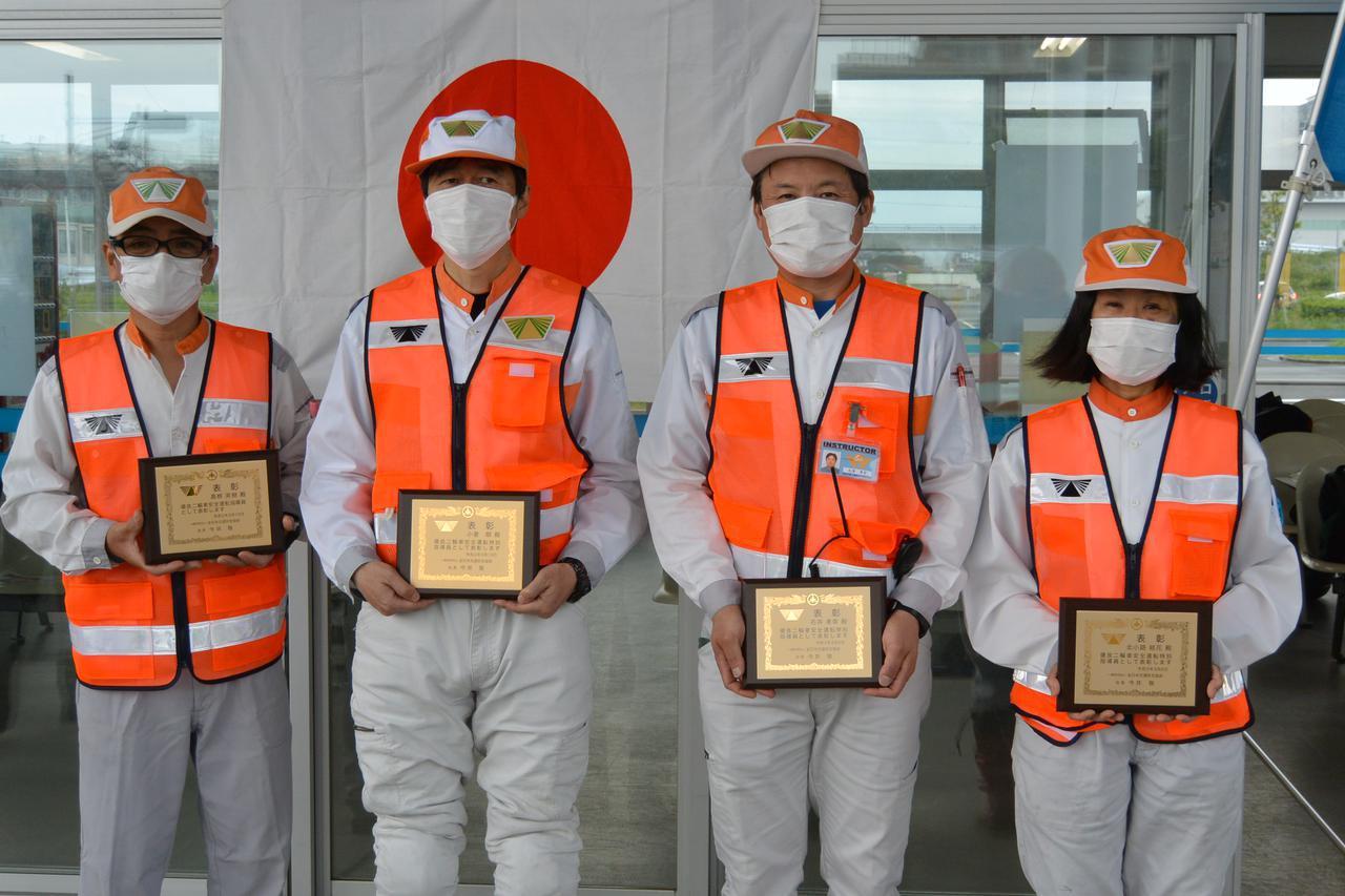 画像: 神奈川県の受賞者。右から20年度受賞者の北小路特指と石井特指、19年度受賞者の小倉特指と髙栁指導員