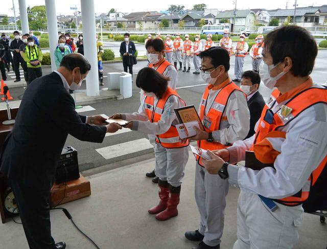 画像: 神奈川では二輪車安全運転大会会場で表彰伝達を開催。菅原県二推委員長(左端)から表彰盾が手渡された