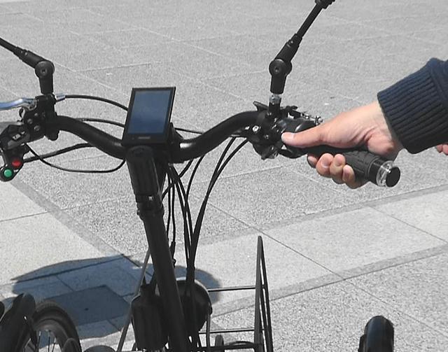 画像: モーター動力はハンドル手元のアクセルレバーを指で押し、ON状態で力強い走行が可能に(フル電動車仕様)