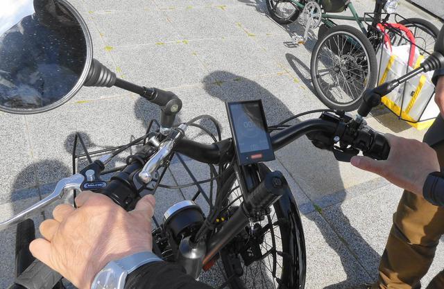 画像: フル電動車仕様のハンドル部操作周り 操作/走行状況等を確認可能なディスプレイも装備する