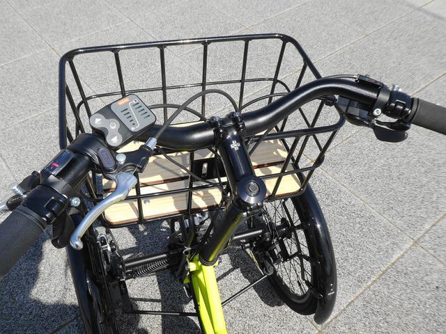 画像: 電動アシスト自転車のハンドル部操作周り 前方には荷物バスケットを装備