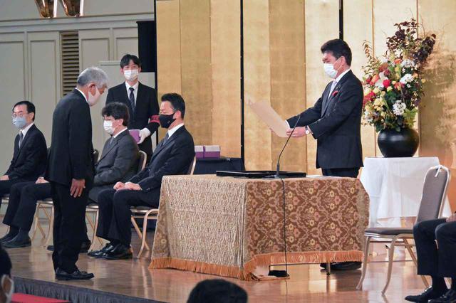 画像: 小林茂樹大臣政務官(写真右端)から表彰状を手渡される受賞代表者