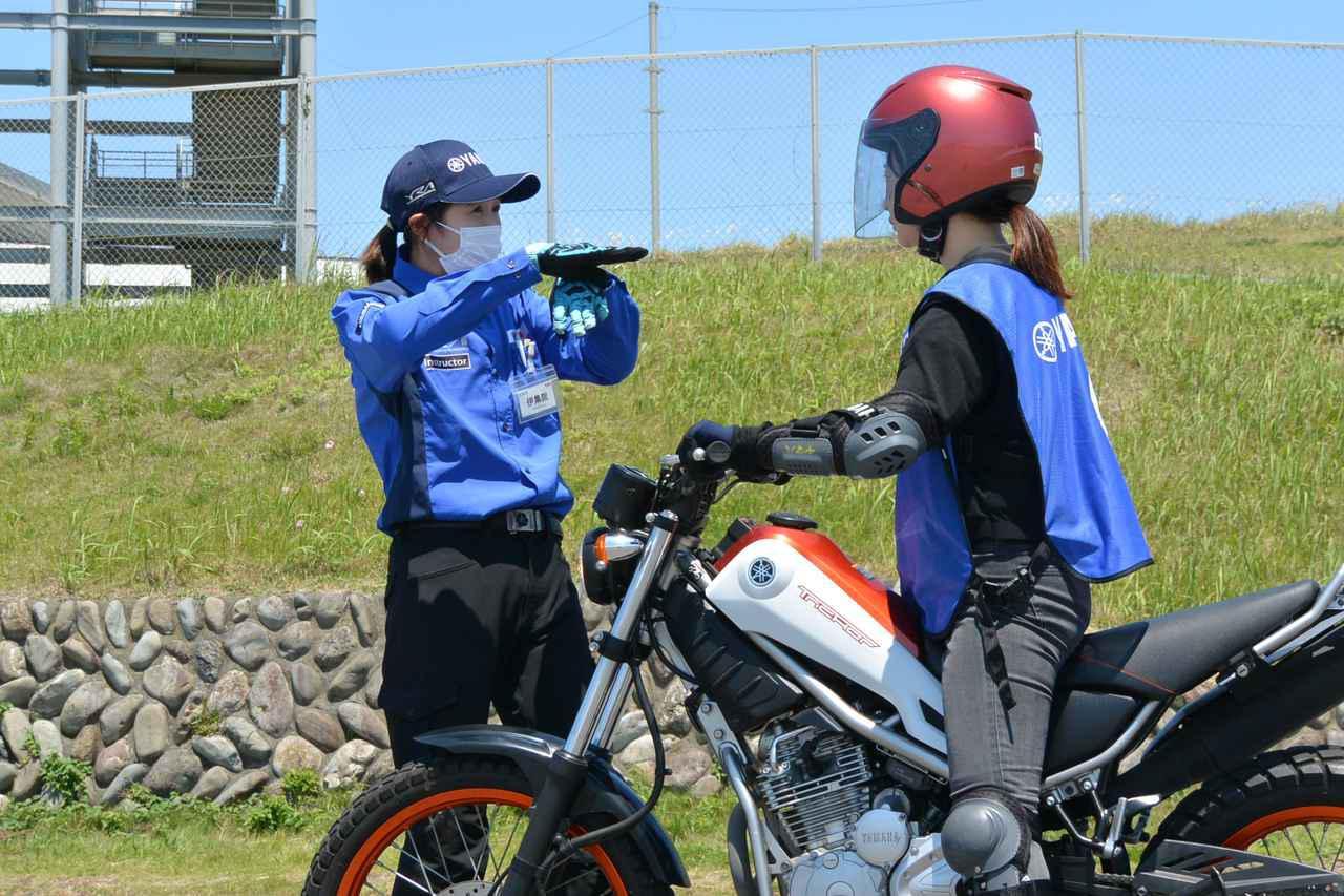 画像: インストラクターも平成生まれで構成。元全日本モトクロス選手権レディスクラスのトップライダー・伊集院忍さん(写真左)