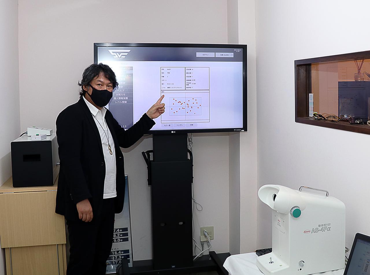 画像: スポーツビジョン(Vトレーニング)では図柄や数字がモニターに表示され、目と手の協応動作や瞬間視記憶などさまざまな項目が測定される