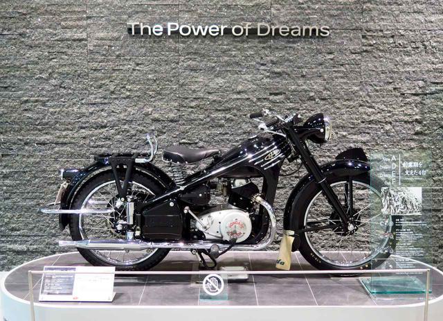 画像: 中には歴史車も。「ホンダ ドリーム 3E型」(1953年)。「ホンダ ドリーム」で初の3段変速を搭載。エンジンは空冷4スト単気筒OHV/総排気量146cc。