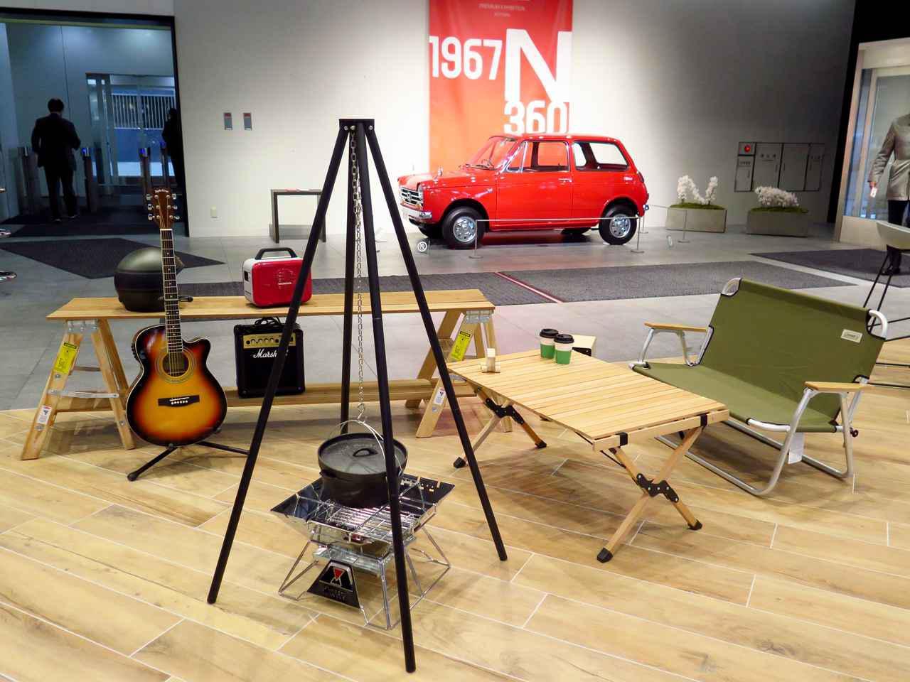 画像: こんなくつろぎ空間も。奥には1967年に発売されたN360が展示されています。