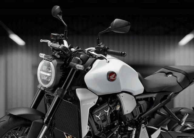 """画像: ホンダ「CB1000R」に""""新色""""の「マットパールグレアホワイト」が発売! 従来色もスイングアームやヘッドライトリムなどがブラックアウトされた2020年カラーで登場します! - webオートバイ"""