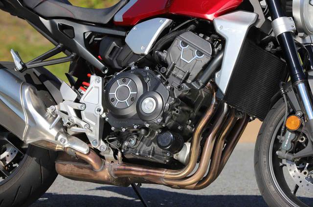 画像: 旧CBR1000RRの水冷4気筒をベースに、低回転トルク型にリファイン。エアボックスも専用設計で、吸気効率を上げ、レスポンスを上げている。吸気音をあえて聞かせる演出が気持ちいい。