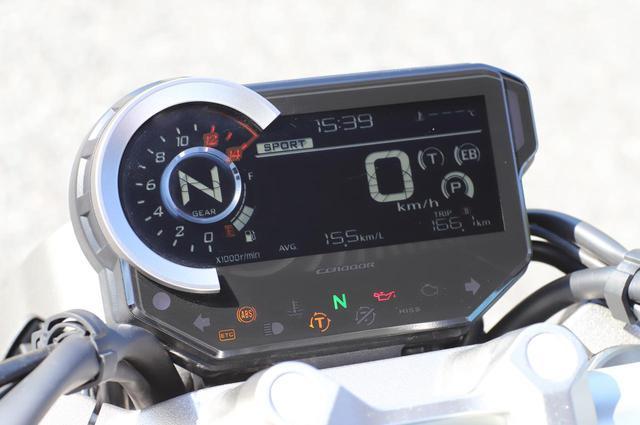画像: 新世代CBのアイコンのひとつが、このマルチインフォメーション液晶メーター。フルデジタル液晶で、写真の「0」数字の隣には、トラクションコントロール、エンジンブレーキ、パワーモードの選択画面。「SPORTS」表示下のラインは、シフトアップやエコラン時をカラー表示で知らせてくれる。