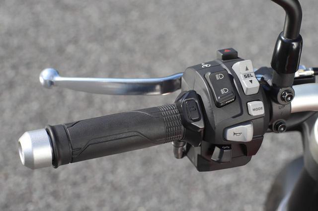 画像: MODE+SELボタンで、パワーモード/トラクションコントロール/エンジンブレーキを設定できる。グリップヒーターを標準装備。
