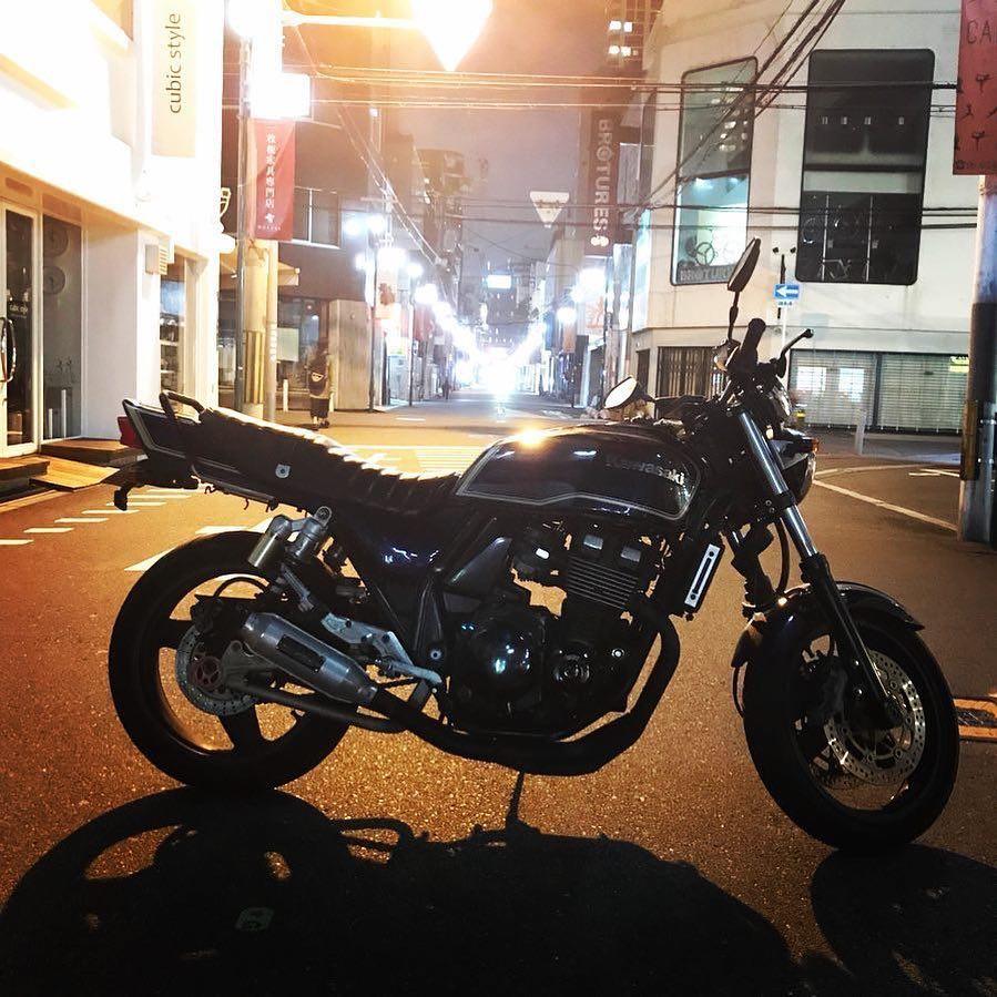 """画像1: gravity of kawasaki on Instagram: """"夜の街灯に照らされ、抜群の存在感を放っているカワサキ ZRX400 秋の夜風を浴びながらするツーリングはとても気持ちがよさそうですね。 ・ こちらの素敵なお写真を撮影された @nakanrakarikenta さんの愛車への想いをインタビューしました!…"""" www.instagram.com"""