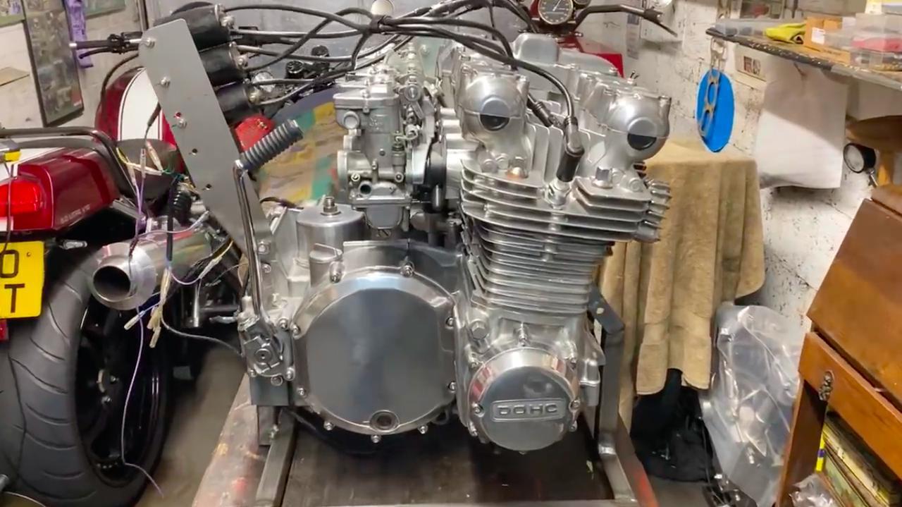 画像: 純正部品を使用しているため、横からエンジンを見ると「ん? Z1のエンジン?」というカンジで、違和感を覚えることがありませんが・・・。 www.youtube.com