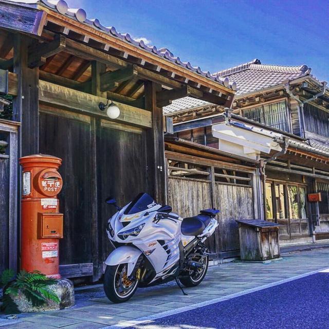 """画像1: gravity of kawasaki on Instagram: """"日本家屋をバックに、抜群の存在感を放っているカワサキ ZX14R。 ライダーの好みや走行状況によって、出力特性を選択できるので色々な道を走りたくなってしまいますね♪ ・ こちらの素敵なお写真を撮影された @nymh_ninja14r さんの愛車への想いをインタビューしました!…"""" www.instagram.com"""