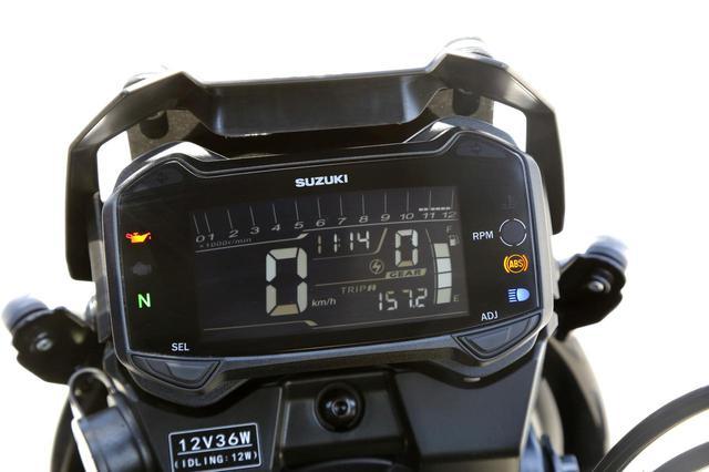 画像: メーターはフルデジタルの液晶ディスプレイ。ギアポジション、時計、燃料計を常時表示し、オド&ツイントリップ、平均燃費をギアポジションの下に表示する。メーター左下にはシガーソケットを装備し、12V出力でスマホ充電が可能。