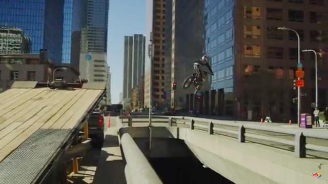 画像: [LA] 交通渋滞!? 俺たちにはバイクがあるじゃん!! というゴイスー!! な動画です!?!? [RedBull] - LAWRENCE - Motorcycle x Cars + α = Your Life.