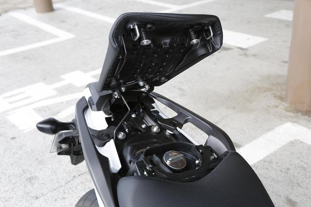 画像: 燃料入り口はテールカウル内へ。クルマのボンネットのようにオープンのまま固定できる。ワイヤーを使用してのヘルメットフック用のステーも装備されている。
