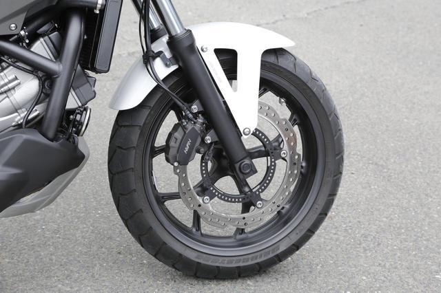 画像: ブレーキはABS標準装備のφ320㎜ウェーブディスクと2ピストンキャリパーの組み合わせ。フロントフォークはショーワ製で7段階のプリロード調整機能付き。
