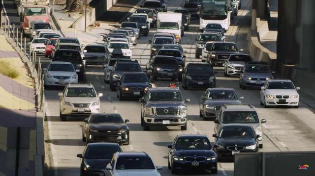 画像: 主役2人・・・FMXライダーのロビー・マディソンとタイラー・ベレマンは、それぞれの愛車を積んだピックアップトラックのなかで、大渋滞にウンザリ・・・というところから動画ははじまります。 www.youtube.com