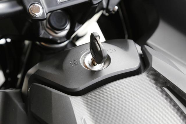 画像: 通常の燃料タンク位置は形状によってはフルフェイスヘルメットも入る収納スペース! タンク位置前のキーシリンダーで、燃料タンクor収納スペースのリッドが開くシステム。