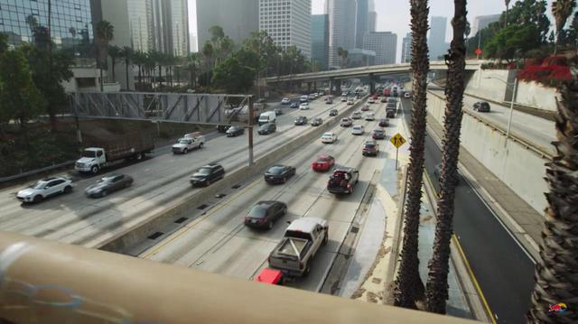 画像: 大都市およびその近郊の渋滞は、世界各国共通のドライバーたちの悩み事でしょう・・・。 www.youtube.com
