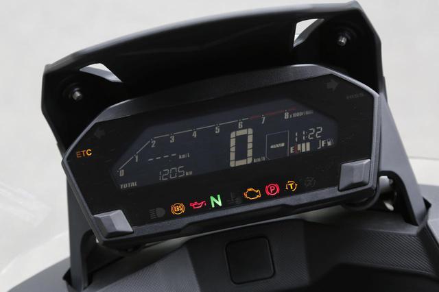 画像: オド&ツイントリップ、A/B各モードの平均&瞬間燃費や消費燃料を表示するギアポジション表示付きフルデジタルメーター。タコメーターはバーグラフ式。