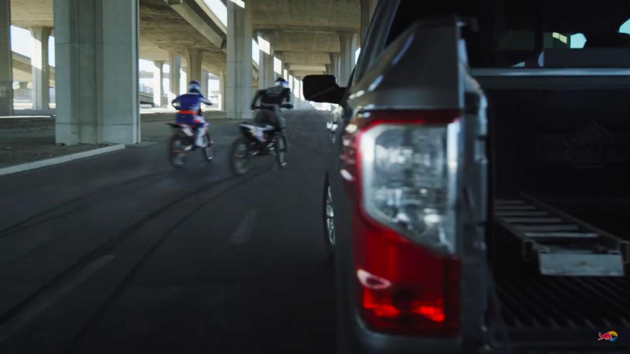 画像: ピックアップトラックを停め、バイク2台を降ろした2人はそれに跨がり、ロサンゼルスの中心部へと走り出しました・・・。 www.youtube.com
