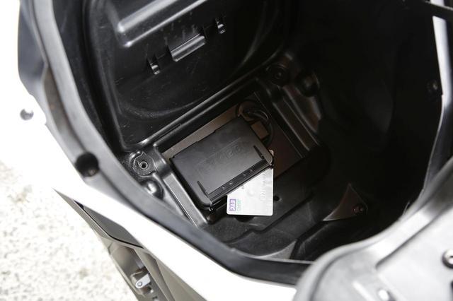 画像: 収納スペース底には、標準装備のETC2.0の車載器が。スペースの壁面には書類と車載工具を収納する場所もあり、場所取りの効率が素晴らしいのがNCの特徴のひとつ。