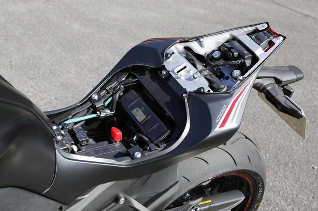 画像: カワサキのモデルには珍しくヘルメットホルダーはなし、残念。シート下にはバッテリー、タンデムシート下にはETC車載器くらいのスペースならばあり。