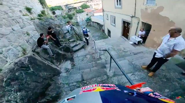 画像: ポルトのレースは、狭い石階段が続く市街地もコースに組み込まれています。輪止めとか手すりとか、直撃したら大怪我しそうな障害物が多いですが、おかまいなしに飛ばすので見てて怖いです・・・。 www.youtube.com