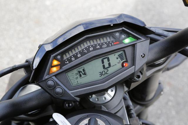 画像: 3000rpmまでは縦に、それ以上は横にバーが伸びるタコメーターが特徴的。オド&ツイントリップ、瞬間&平均燃費、ギアポジション、エコライドメーターを表示。
