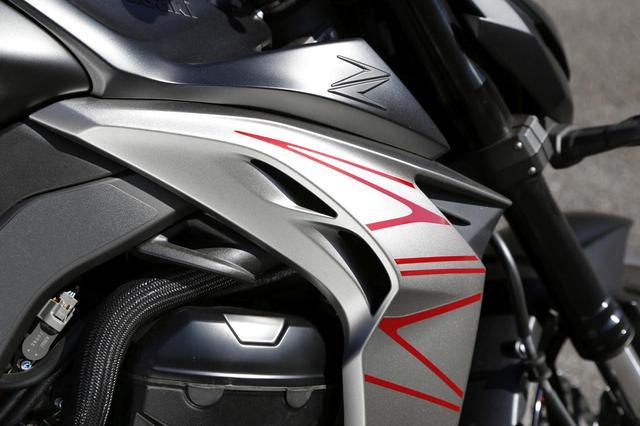 画像: Z1000らしさをあらわすラジエターシュラウド。このアッパー部分の内側にエアダクトがあり、エアボックスへ走行風を導入。走行中の吸気音をも演出している。