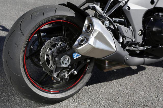 画像: リアブレーキはφ250㎜ペタルディスクとシングルピストンキャリパー。純正タイヤはダンロップD214で、マフラーはご覧の形状で左右4本出しとなる。