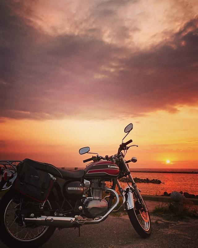 """画像1: gravity of kawasaki on Instagram: """"シンプルでありながらも、気品を兼ね備えたカワサキ ESTRELLA。 太陽が地平線に沈んでいく時を相棒と過ごせば、何気ない日々が特別な日になりますね✨ ・ こちらの素敵なお写真を撮影された @moana__38 さんの愛車への想いをインタビューしました!…"""" www.instagram.com"""