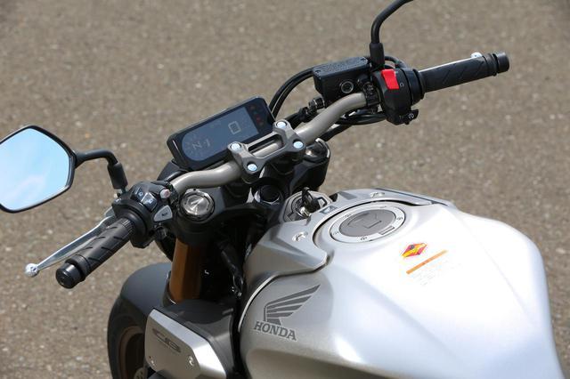 画像: ややフラット形状に近いバーハンドルを採用。ギアポジション表示付きのデジタルメーターは瞬間&平均燃費、燃料消費量、平均車速や経過時間、オド&ツイントリップメーターを表示する。