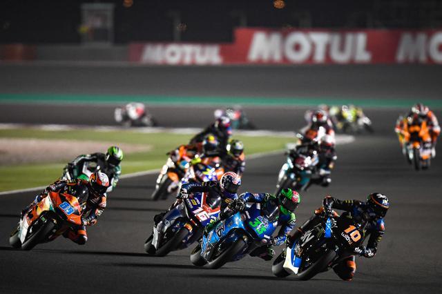 画像: レース序盤。長島は予選14番手から1周につき1台ずつパッシングしてポジションを上げてきます