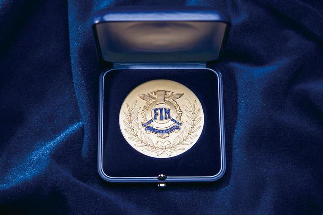 画像: 1904年スタートのFIMから授与された、地球上に24個しかない金メダル。他にも銀メダルや銅メダルも制定されている。