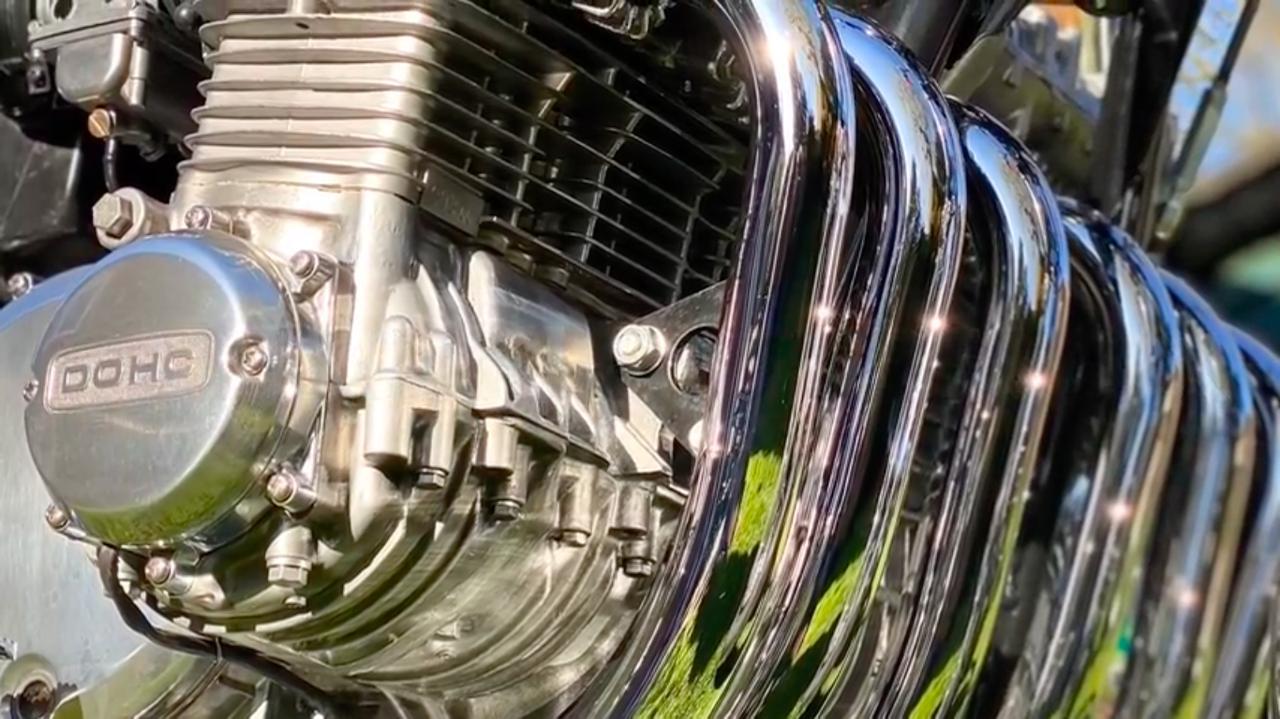 画像: 美しく並んだ、クローム仕上げの6本のエキゾースト・・・。 www.youtube.com