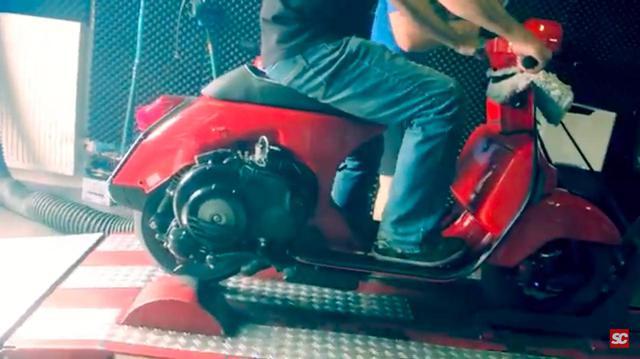 画像: 2019年、ドイツのスクーター専門店、「スクーターセンター」によるパワーチェックを受けるベスパPX改。 www.youtube.com