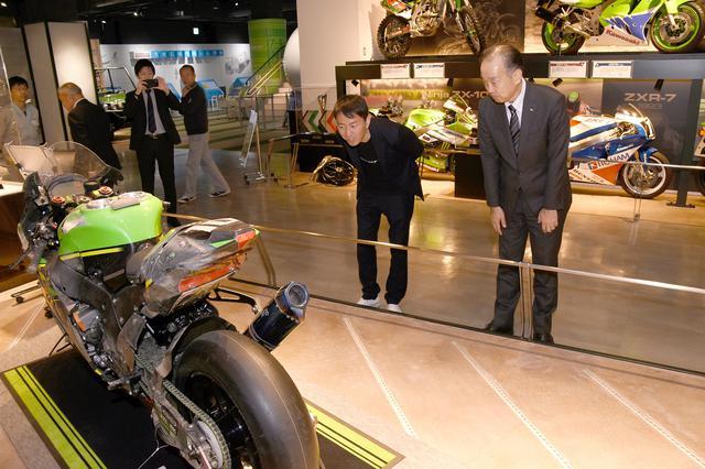 画像: 神戸の「カワサキワールド」で昨年の優勝マシンを前に チェッカーが降られる寸前の転倒で、ZX-10RRはご覧の姿になりましたが、カワサキはあえてこのまま展示しています