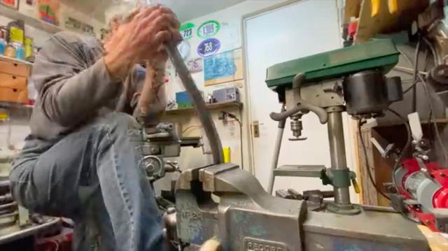 画像: エイヤッ!! と厚めの鉄の帯板をバイスにくわえ、適当なアールに曲げていきます・・・。 www.youtube.com