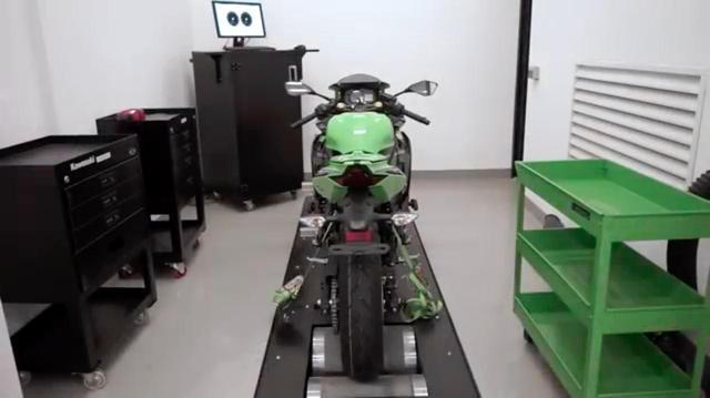 画像: 清潔な室内に設置されたダイノの上に、カワサキ ニンジャZX-25Rがセットされています・・・。 www.youtube.com