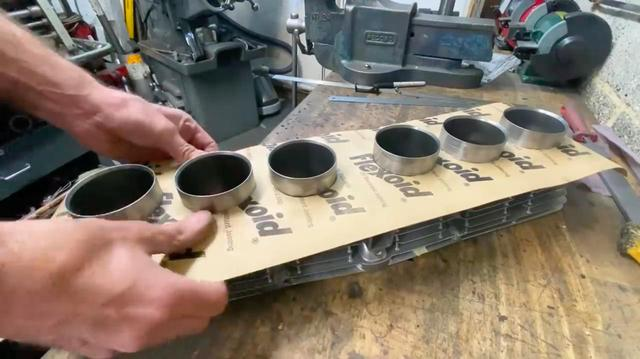 画像: 動画の終盤では、6気筒シリンダーのベースガスケットの作り方を解説してくれます。 www.youtube.com