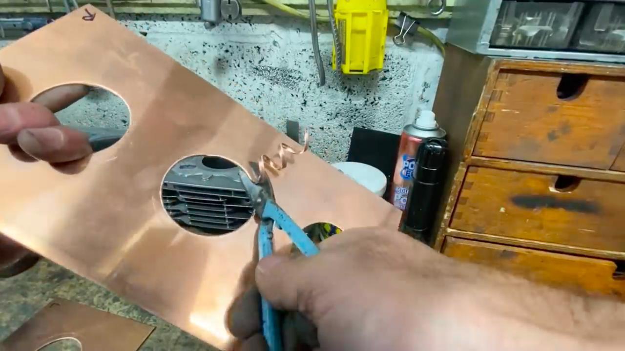 画像: 最後は金バサミで、ぴったりのサイズに加工します。 www.youtube.com