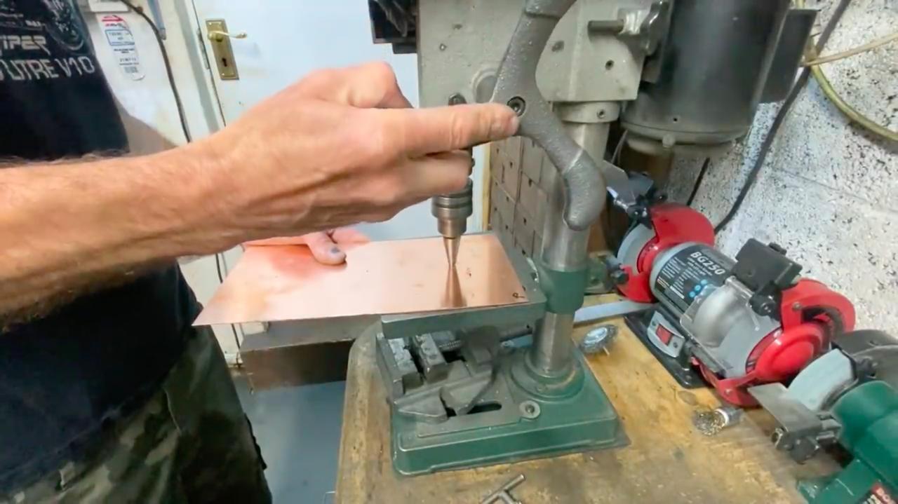 画像: シリンダーボア部の穴は、まずタケノコドリル(ステップドリル)で適度なサイズで穴あけ・・・。 www.youtube.com