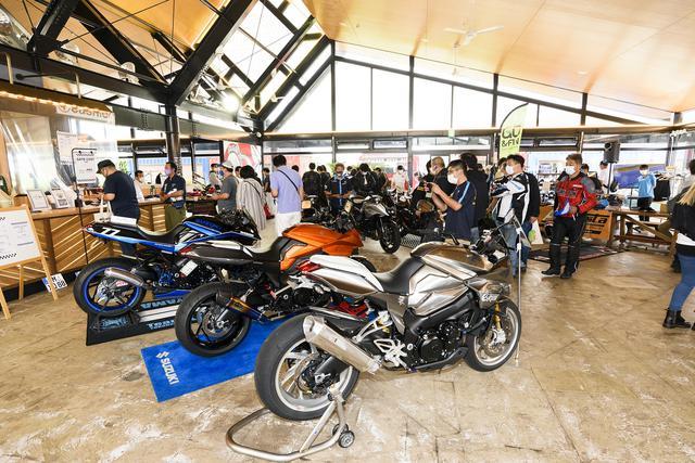 画像: バイカーズパラダイス館内に展示されたKATANAカスタムの一部 写真こちら側からテクニカルガレージRUN、モトフィールドドッカーズ、チームカガヤマのKATANAです