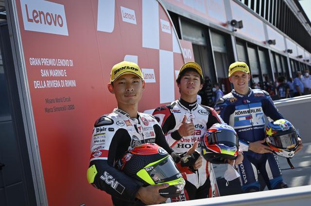 画像: キャリア初ポールを決めた小椋(中央)と2番手ロドリゴ、3番手鈴木。日本人選手がふたり、フロントロー!