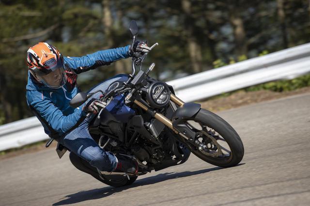 画像: ワインディングで一度荷物を降ろして空荷状態の性能を再確認。お互いのバイクを交換しながら、比較する。